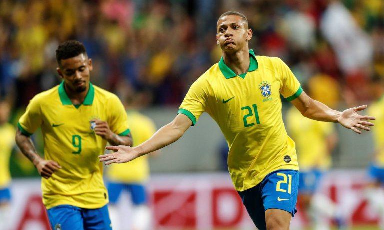 Brasil joga pro gasto e vence seleção do Catar. Neymar sofre entorse no tornozelo.