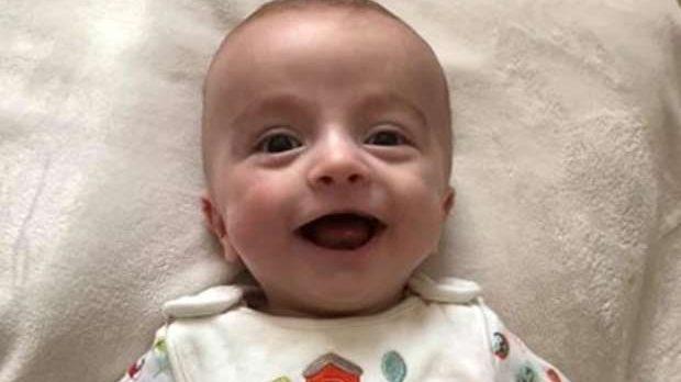 Após seis meses em coma, bebê acorda sorrindo para o pai