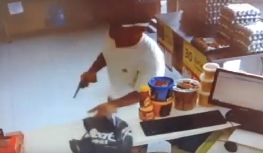Ladrão invade estabelecimento e rouba comerciante na Zona Norte; veja vídeo