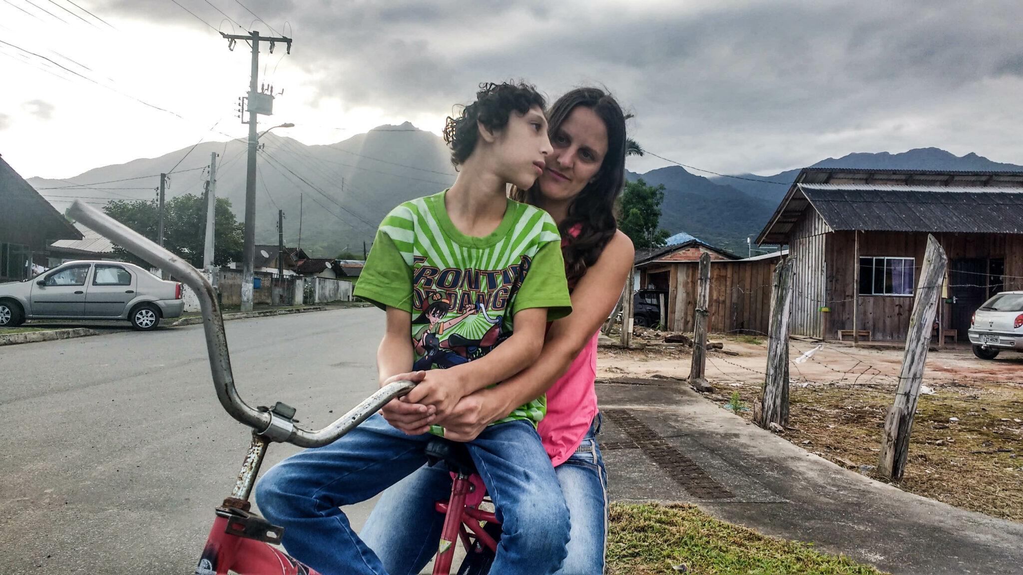 Mãe pedala mais de cinco horas todos os dias para acalmar filho autista
