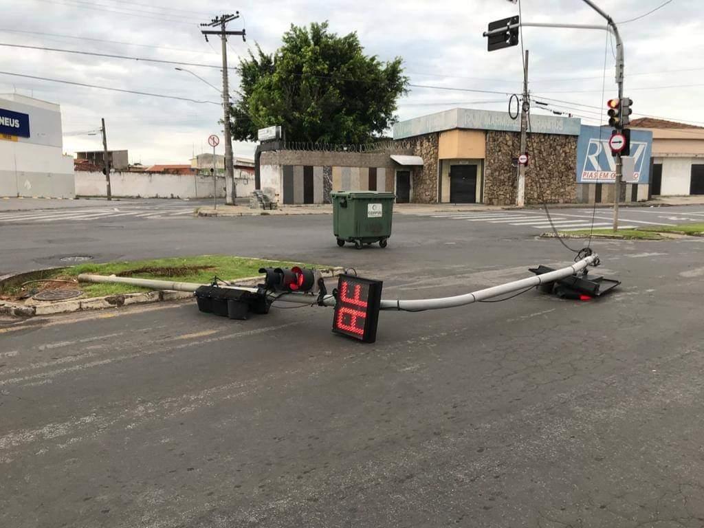 """Semáforo é atropelado no interior de SP e desabafa: """"Aff"""""""