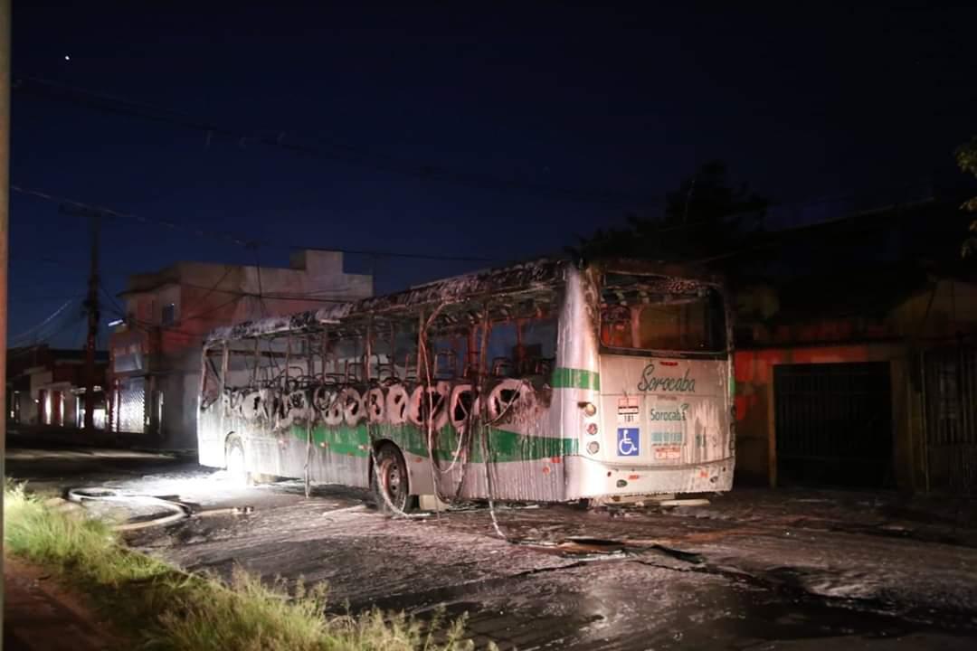 URGENTE: Mais um ônibus é incendiado em protesto no Pq. Vitória Régia em Sorocaba