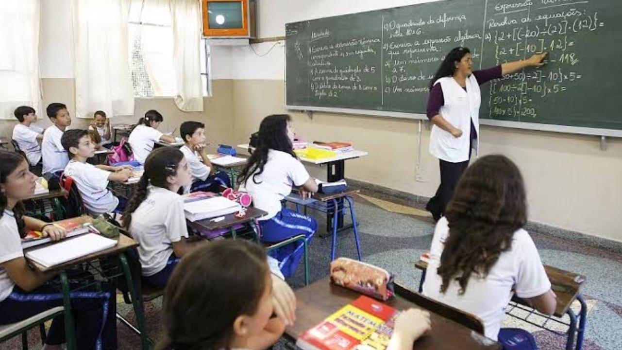 Bolsonaro anuncia aumento de 12,84% no piso dos professores