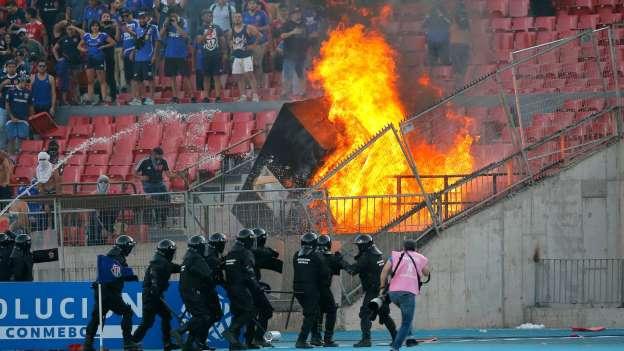 Jogo do Inter pela Libertadores tem confronto com policiais e fogo na arquibancada