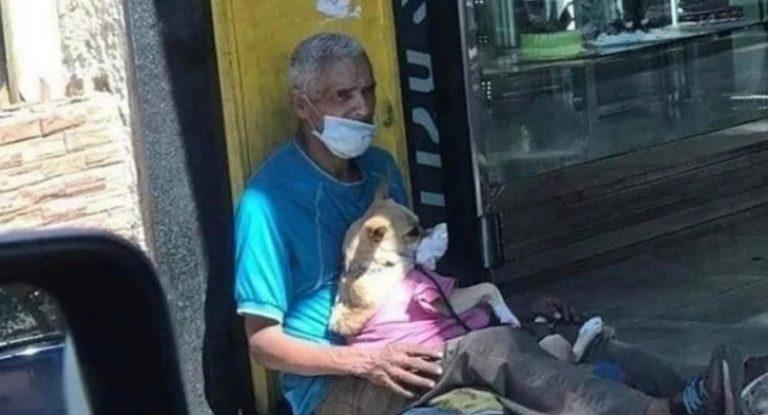 Morador de rua protege cadelinha com máscara durante pandemia