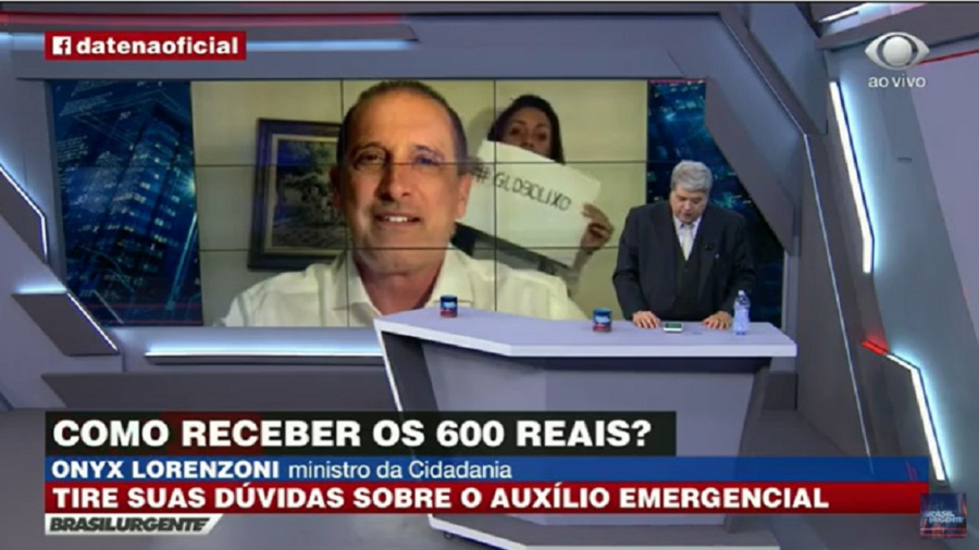 Onyx dá entrevista em casa a Datena, e mulher levanta cartaz 'Globo lixo'