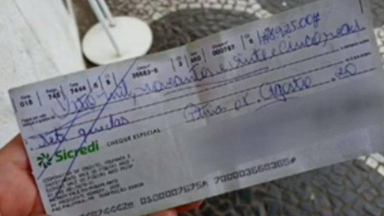 Mulher encontra quase R$ 9 mil no chão e devolve ao dono