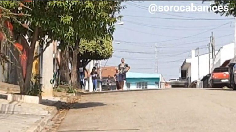 A infância não está perdida! Crianças correm após apertar campainha em Sorocaba